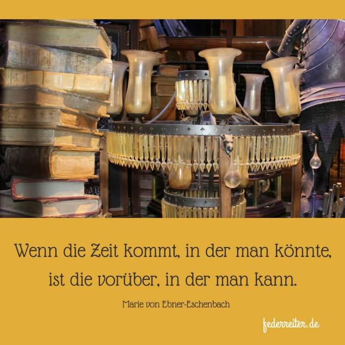 Verstaubter Kronleuchter, alte Bücher Schreibgruppe Federreiter Elmshorn